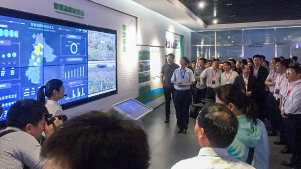 与会领导参观新万博亚洲manbetx云农智慧凉都科技农业云平台